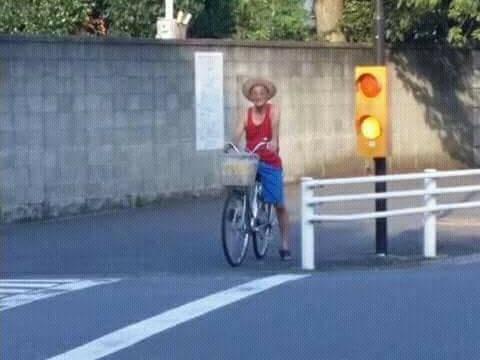 路飞老了之后骑单车的样子